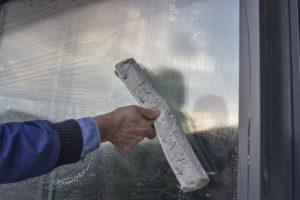 mytí oken na panelovém domě