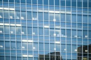 Umývanie okien vo výškach pomocou horolezeckej techniky