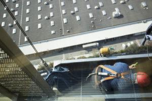 mytí oken pomocí horolezeckého vybavení