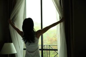 okno bez čmouh