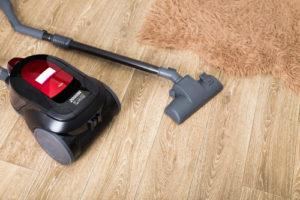vysávaní koberce a podlahy