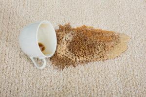 Rozlitá káva na koberci