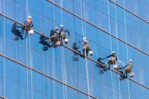 Mytí prosklené fasády horolezecky
