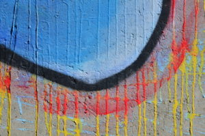barevná slova na fasádě
