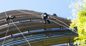 Mytí oken výškové budovy