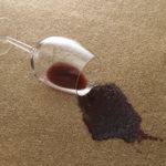Červené víno na koberci