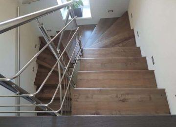drevené schody rodinný dom