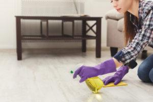použití zásadité chemie na podlahy
